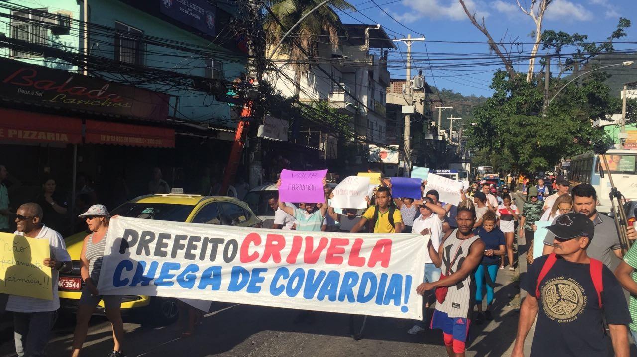 Moradores protestam contra fechamento da farmácia