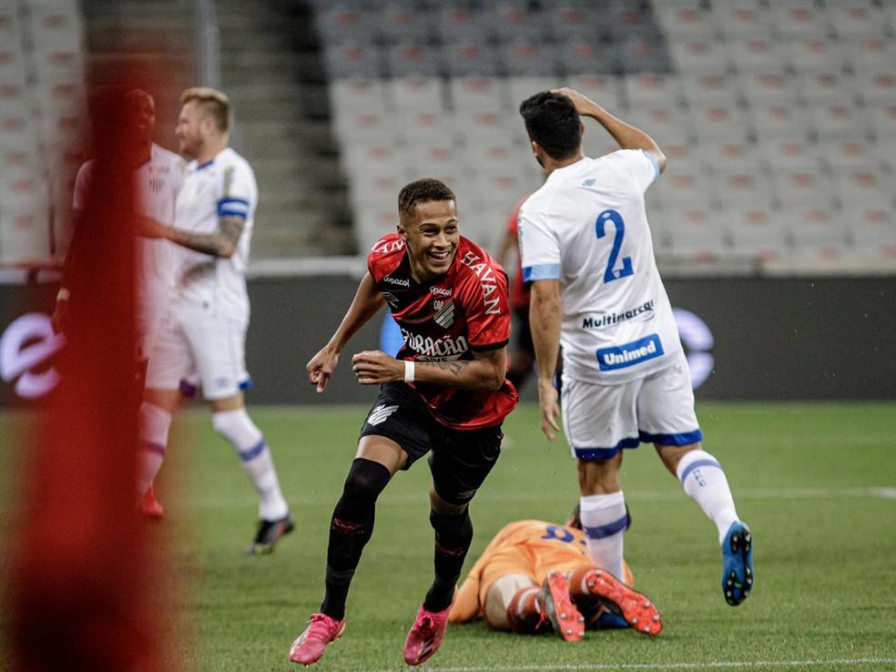 Vitinho comemora o gol do Furacão — Foto: Matheus Sebenello/Neo Photo