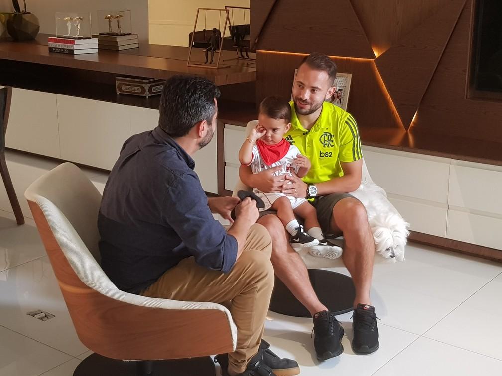 Everton Ribeiro durante entrevista em sua casa — Foto: Fred Huber