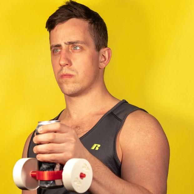 Quer tomar cerveja, mas ao mesmo tempo praticar musculação. Utilize este segurador de copo acompanhado de mini pesos. (Foto: Instagram/unnecessaryinventions)