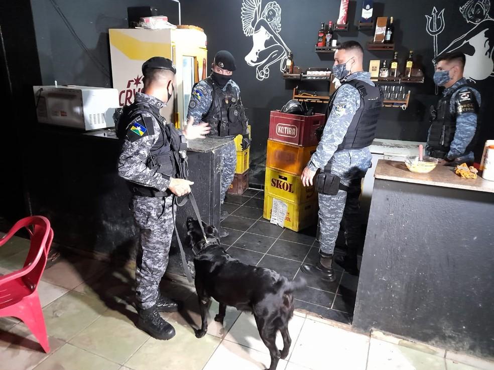 Durante buscas na casa de prostituição, PM encontrou droga escondida — Foto:  Jeferson Sanches - 190Urgente