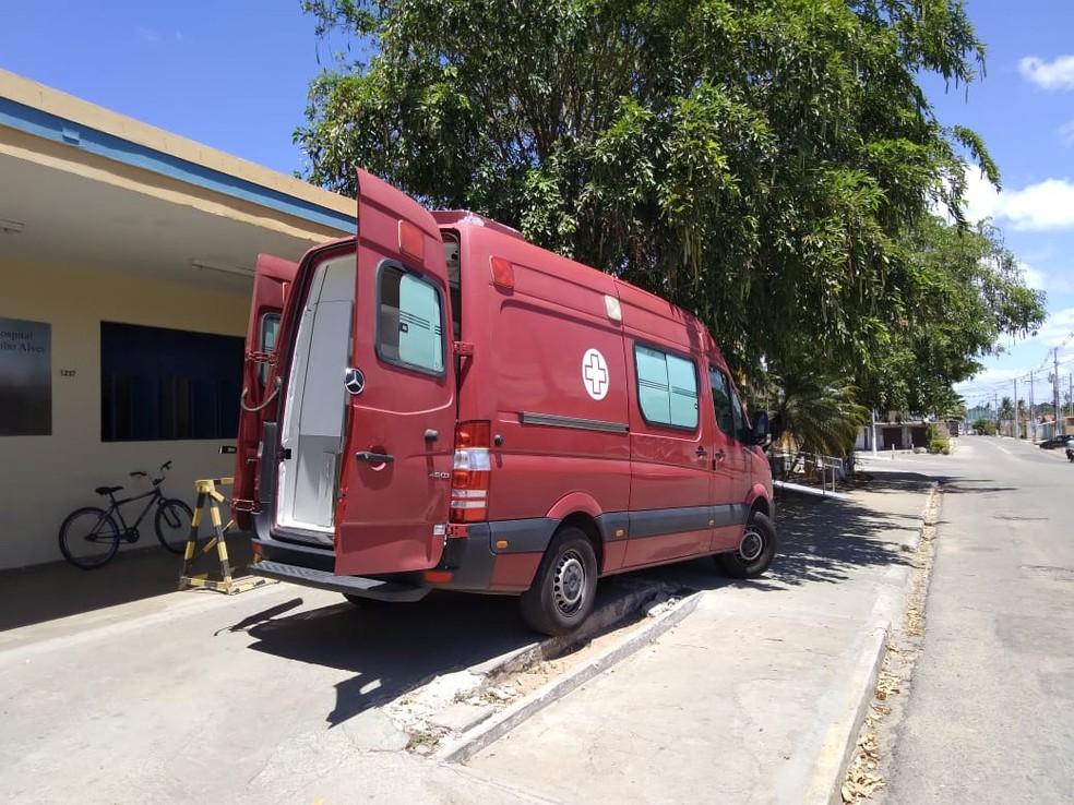 Ambulância transfere paciente por oxigênio insuficiente em hospital de Ceará-Mirim, na Grande Natal. — Foto: Julianne Barreto/Inter TV Cabugi