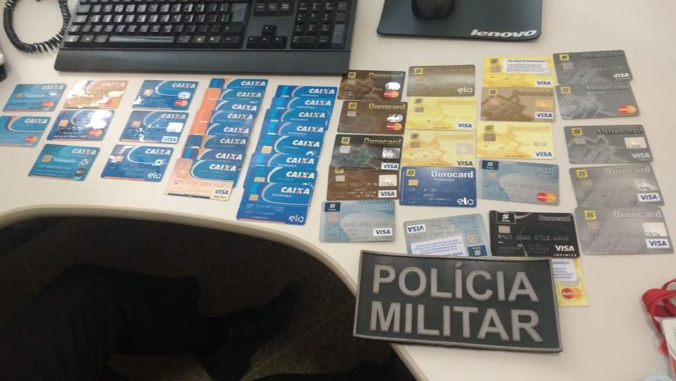 Quase 50 cartões de crédito e débito, além de R$ 2,3 mil em espécie, foram apreendidos  — Foto: Divulgação