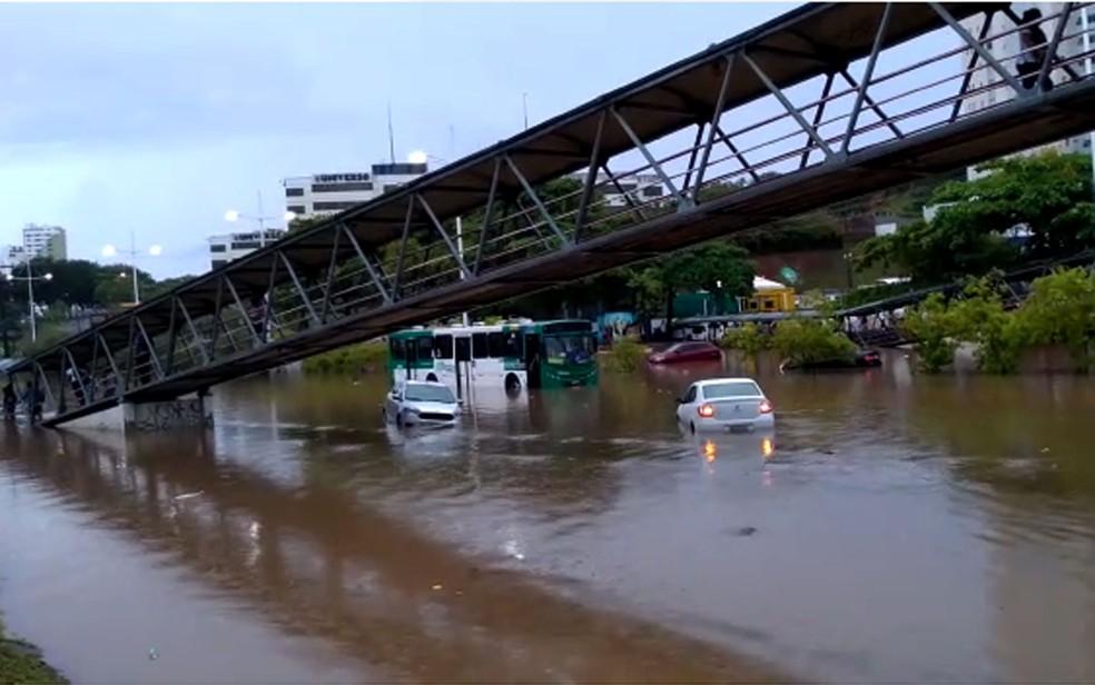 Avenida ACM ficou alagada durante chuva forte em Salvador — Foto: Alberto Luciano/TV Bahia