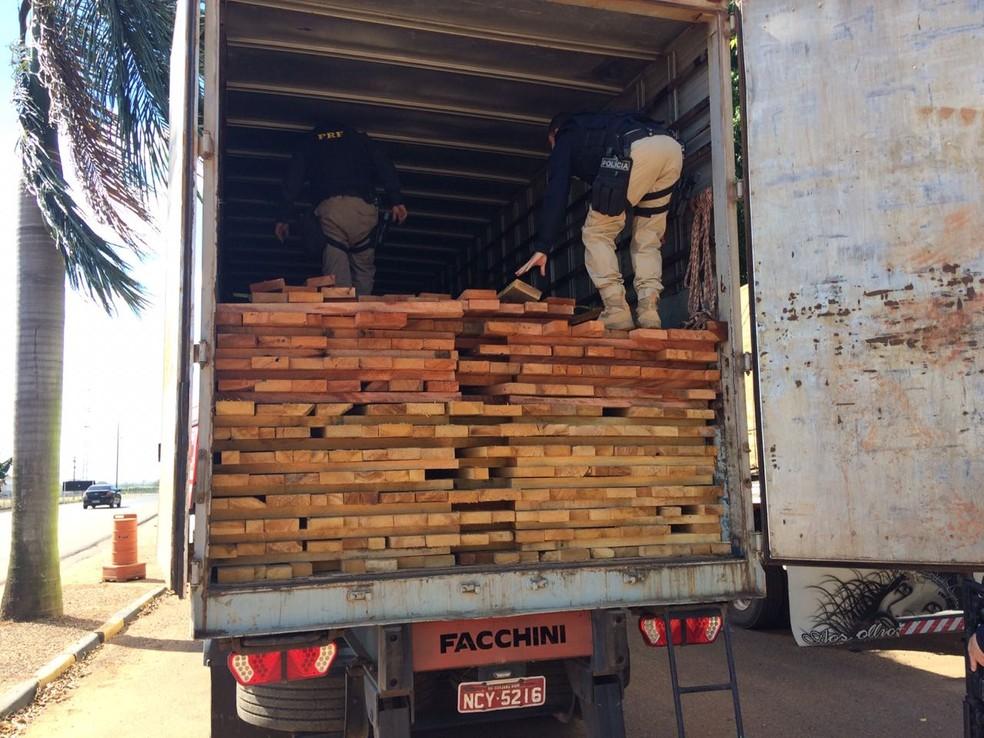 Caminhão carregado com madeira apreendido em Primavera do Leste (Foto: Márcio Falcão/TVCA)