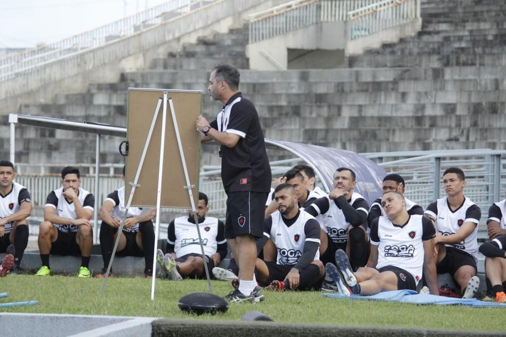 Rogério Zimmermann chegou na segunda rodada da Série C e só conseguiu vencer uma partida — Foto: Nádya Araújo / Botafogo-PB