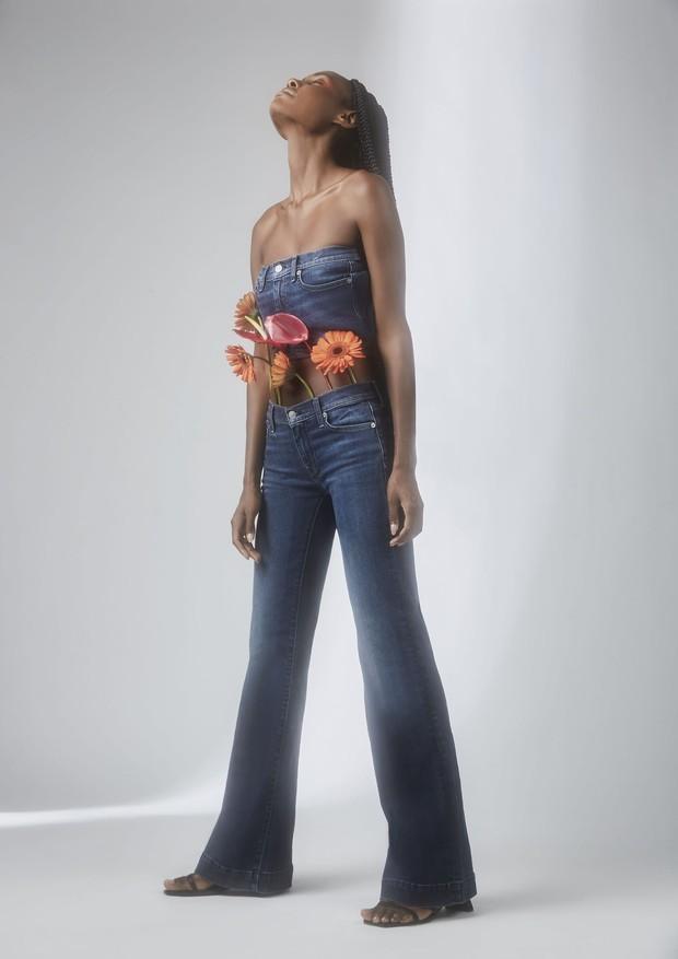 Anna Luiah veste calça usada como top (R$ 1.523) e calça 080 (R$ 1.589), ambas 7 For All Mankind. Sandálias Santa Lolla (R$ 150) (Foto: Lorena Dini)