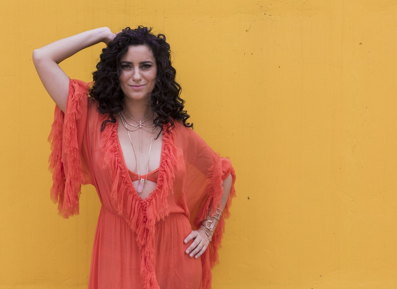 Live com a sambista Aline Calixto é nesta sexta-feira; veja como assistir