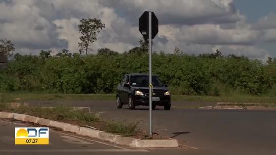 Motoristas ignoram lei e cortam caminho por retornos improvisados