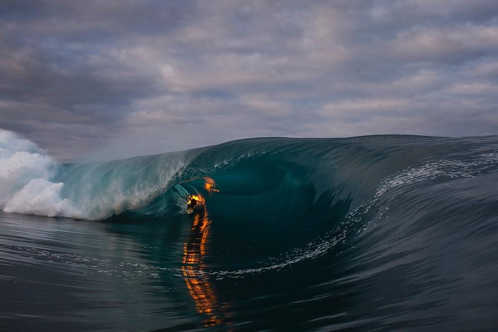 Campeão de maluquices, Jamie O'Brien surfou onda com o corpo em chamas em Teahupoo. Desafio só para os fortes (Foto: Divulgação)
