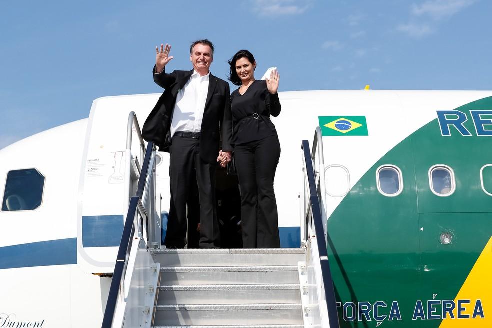 O presidente Jair Bolsonaro ao lado da primeira-dama, Michelle Bolsonaro, durante chegada a Nova York nesta segunda-feira (23) — Foto: Alan Santos/Presidência da República
