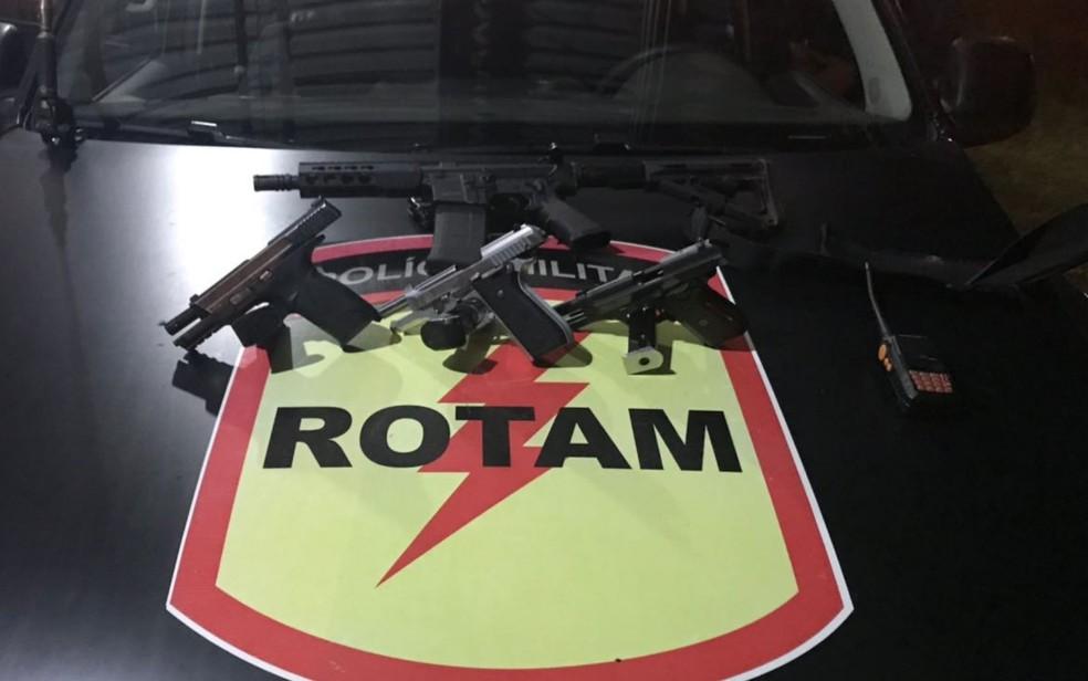Quatro armas foram apreendias com os criminosos, em Heitoraí, em Goiás (Foto: Polícia Militar/Divulgação)