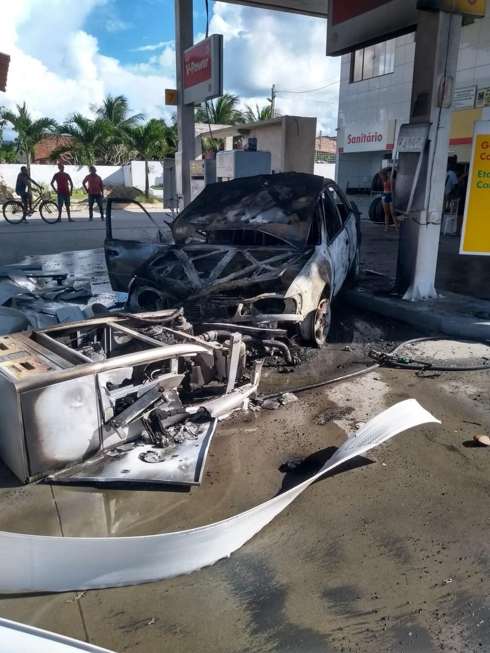 Carro e bomba de combustível pegam fogo após acidente em posto da Região Metropolitana de Fortaleza. — Foto: Corpo de Bombeiros
