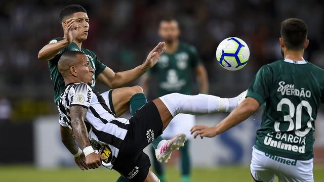 Yago Rocha disputa bola com Otero