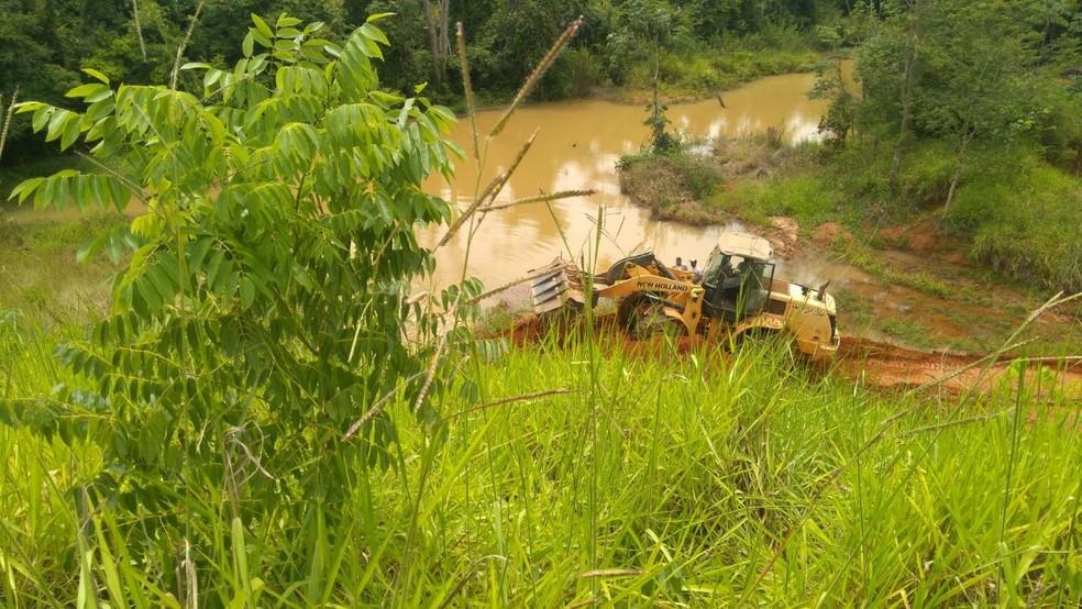 Equipes colocaram terra para tentar fechar barragem e retirar corpo de sargento que está sendo sugado em represa de Paracatu (Foto: Corpo de Bombeiros/Divulgação)