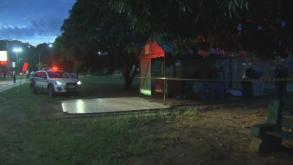 Quiosque onde homem foi encontrado morto em Brasília — Foto: Reprodução/TV Globo