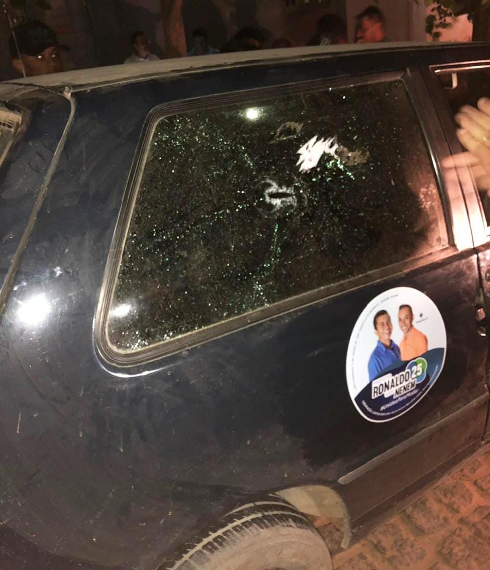 tiros foram direcionados ao banco de passageiro, na parte de trás do veículo — Foto: PM/Divulgação