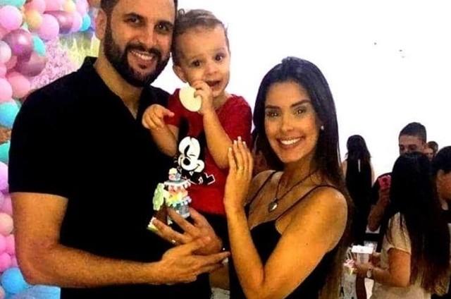 Rogério Fernandes e Ivy Moraes com o filho, Luiz (Foto: Reprodução/Instagram)