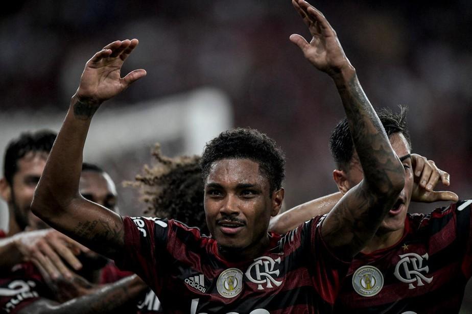 Presentão! Aniversariante, Vitinho ganha credenciais de solução em meio a desfalques no Flamengo