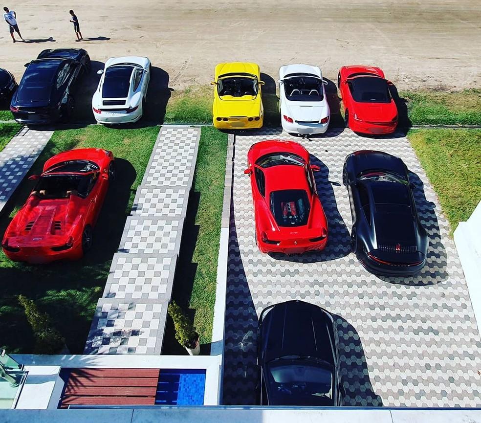 Carros de luxo estavam estacionados em frente a residência — Foto: Reprodução/Instagram