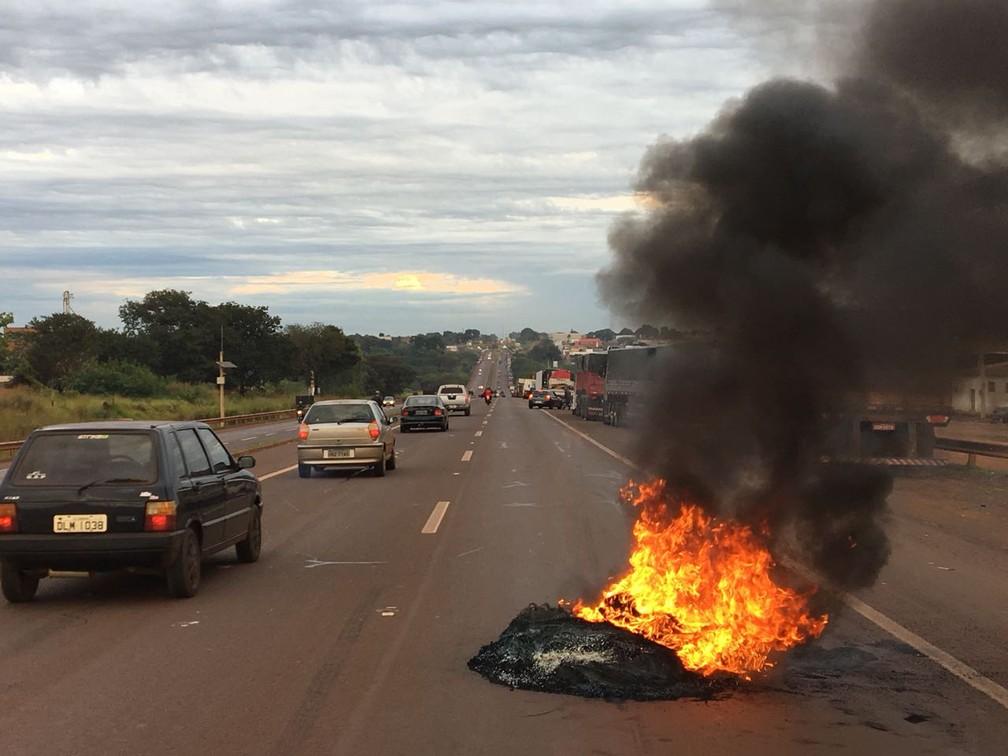 Caminhoneiros colocaram fogo em pneus durante protesto em Dourados, MS (Foto: Martim Andrada/TV Morena)