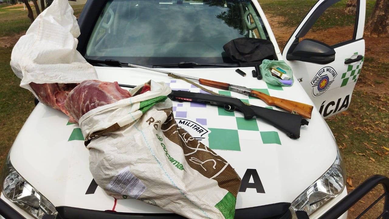 Capivara abatida, espingardas e munições são apreendidas durante fiscalização em fazenda em Pirapozinho
