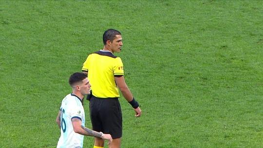 Inexperiência, polêmica de Dedé e pênalti escandaloso: quem é o árbitro que expulsou Messi