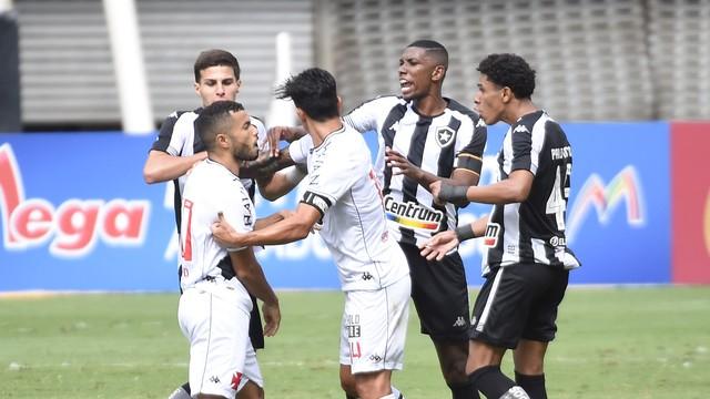 Jogadores de Botafogo e Vasco discutem no clássico