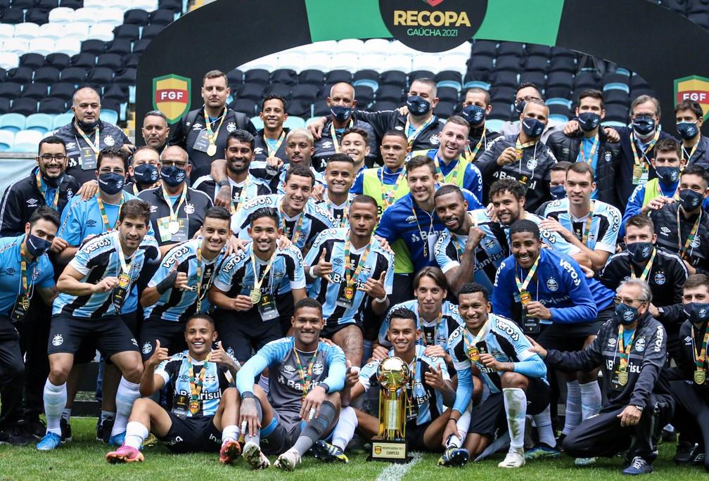 Elenco do Grêmio festeja título da Recopa Gaúcha em cima do Santa Cruz — Foto: Lucas Bubols/ge.globo