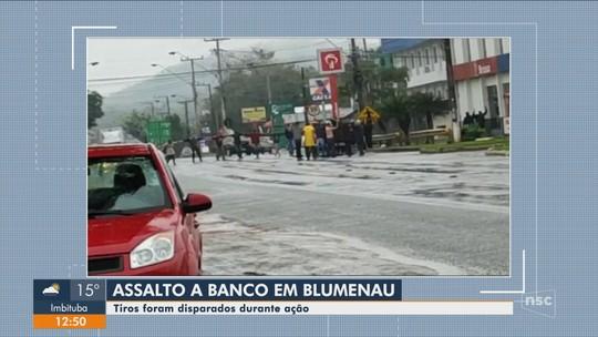 Assalto a banco em Blumenau tem tiroteio e 'cordão humano' com reféns; VÍDEO E FOTOS
