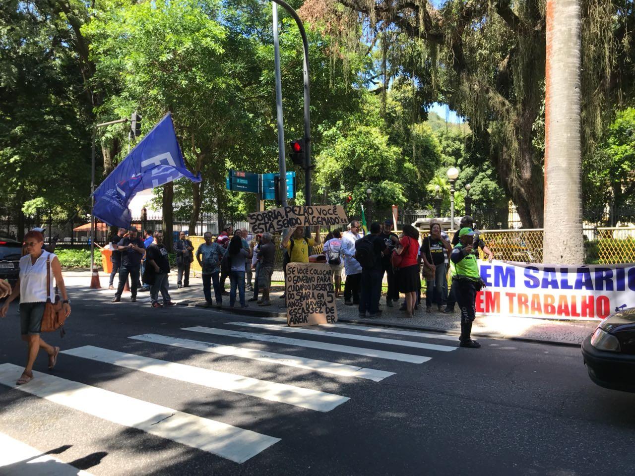 Servidores estaduais protestam diante do Palácio Guanabara, sede do Governo do RJ