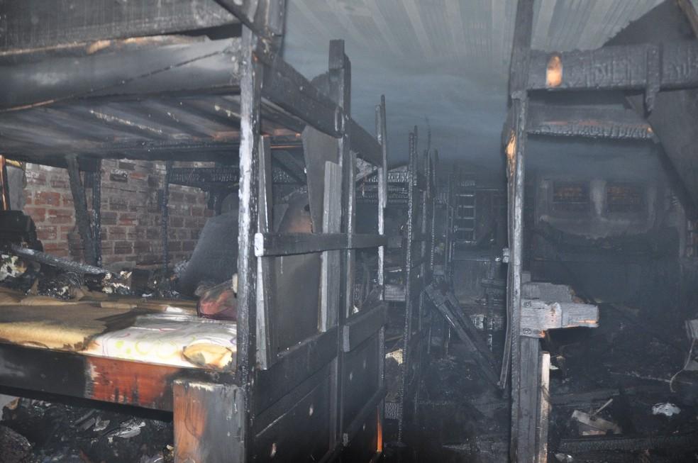 Alojamento ficou completamente destrído pelo fogo (Foto: João Lima/Rádio Sarandi)