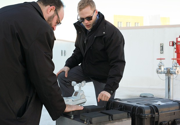 Michael Strano (esq.) e Anton Cottrill (dir.) testaram o ressonador térmico. Eles já são capazes de produzir energia para sensores de ambiente ou sistemas comunicacionais (Foto: Melanie Gonick/Divulgação/MIT)