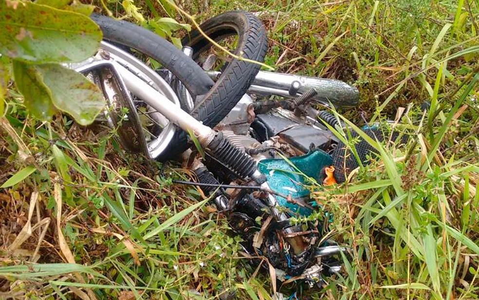 Moto envolvida em acidente na BR-101, perto da cidade de Lage (Foto: Thainá Lôbo/Voz da Bahia)