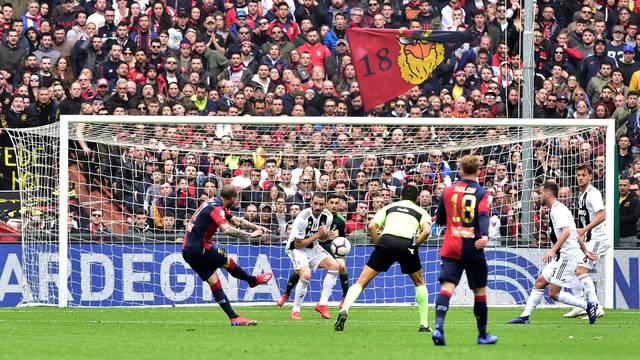 Pandev chuta no canto no segundo gol do Genoa sobre a Juventus