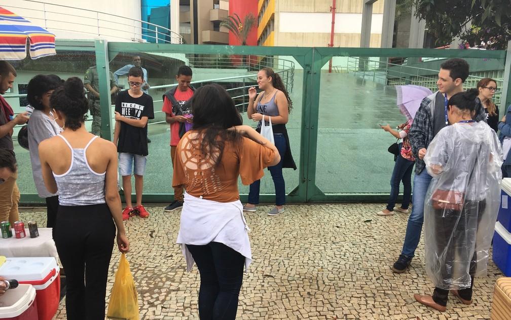 -  Estudantes chegam cedo para o segundo dia de provas do Enem na Pontifícia Universidade Católica de Goiás  PUC-GO   Foto: Vitor Santana/G1