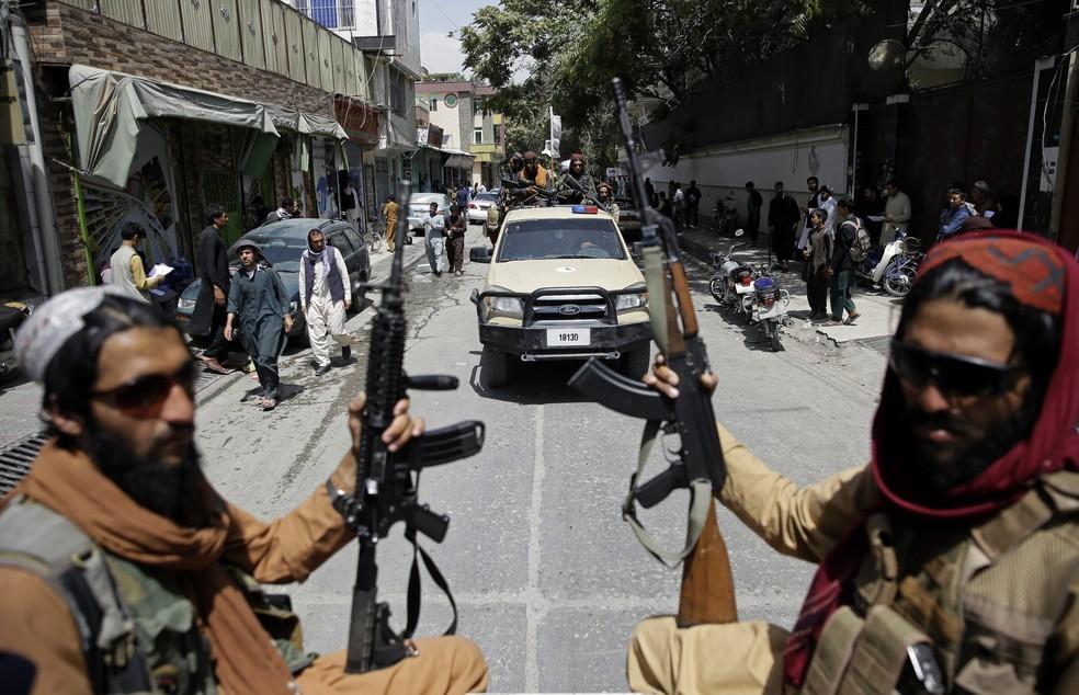 Combatentes do Talibã patrulham as ruas em Cabul, capital do Afeganistão, em 19 de agosto — Foto: Rahmat Gul/AP
