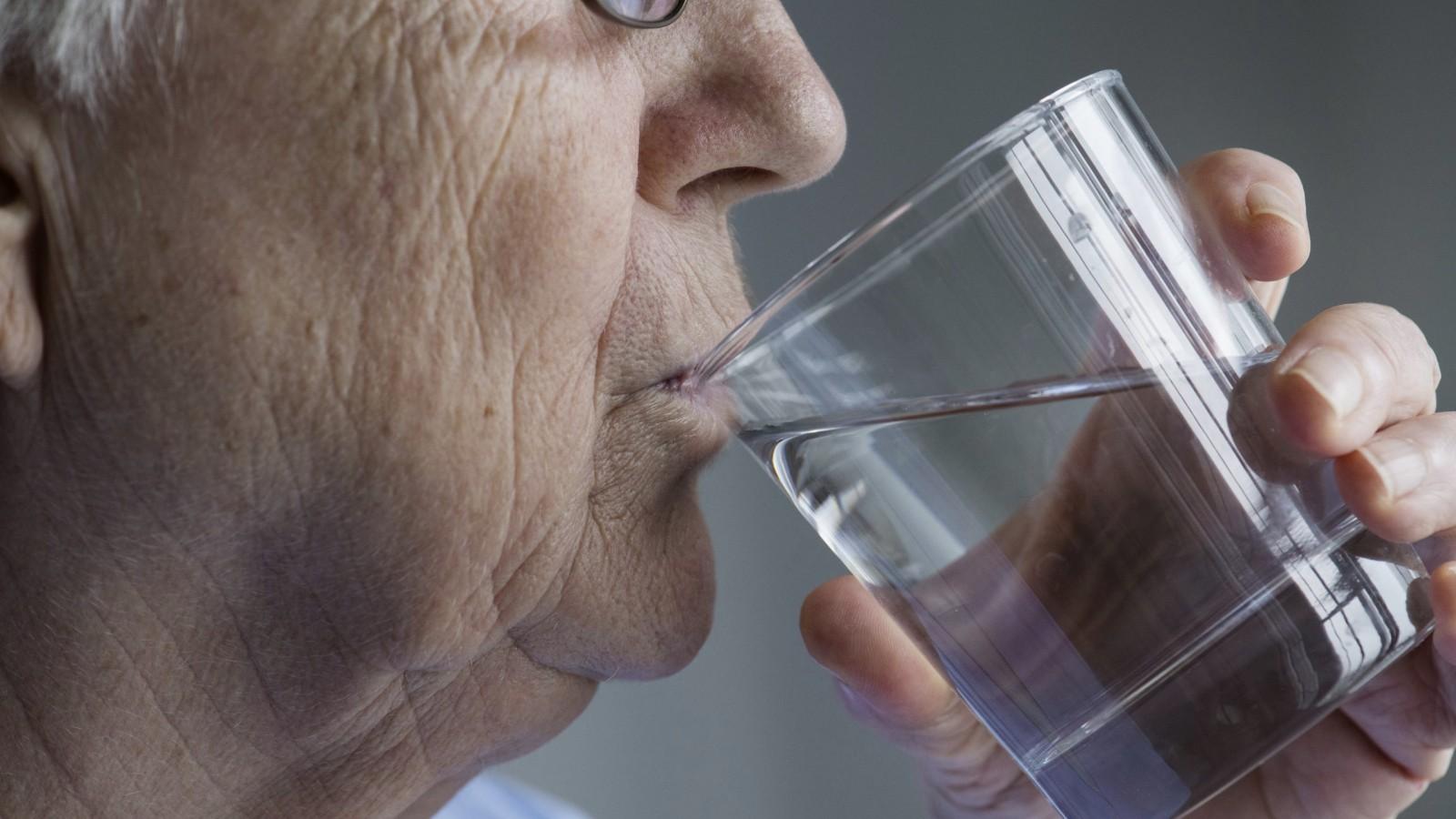 Já bebeu água hoje? A importância da hidratação na terceira idade