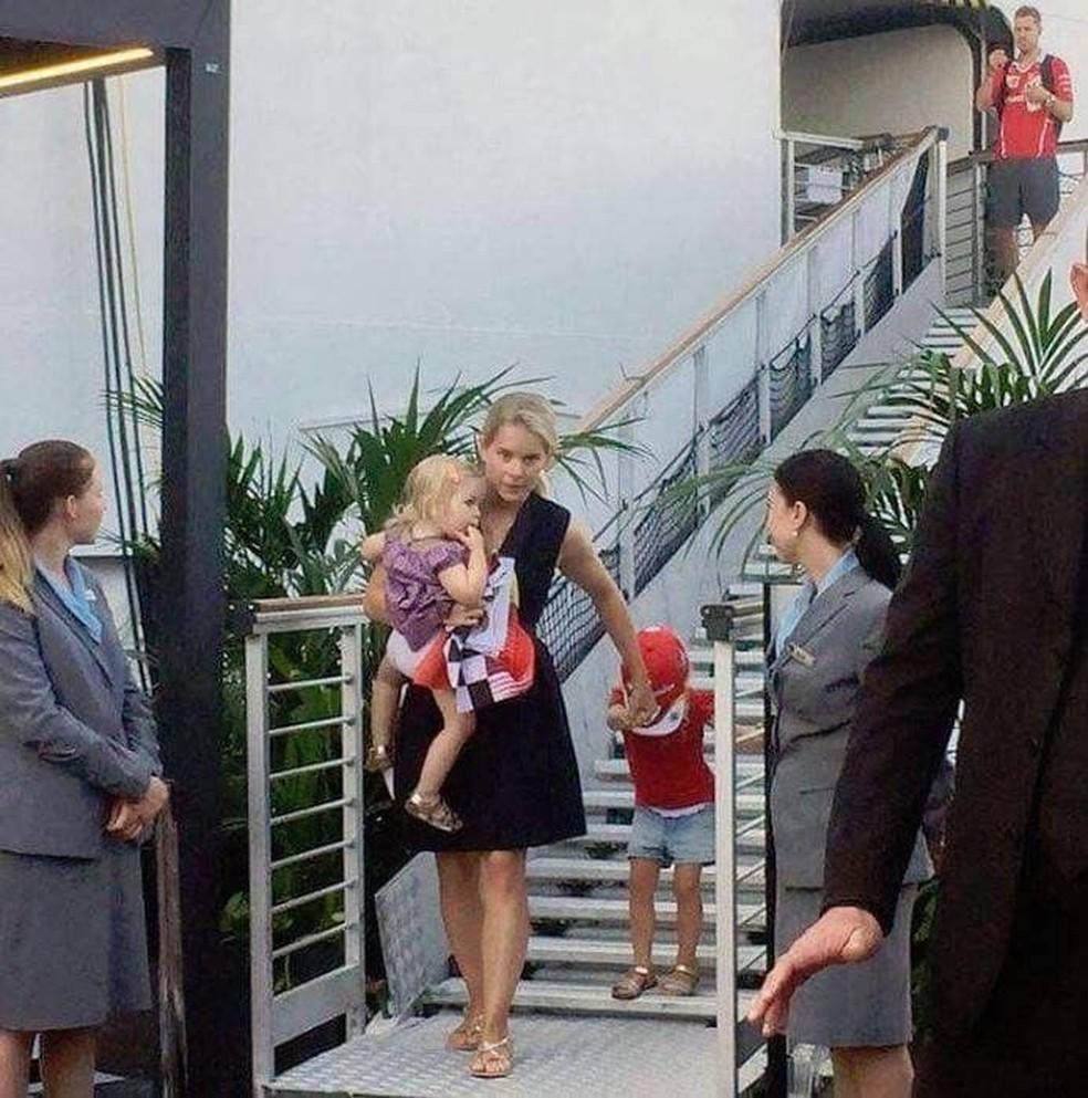 Hanna Prater com as duas primeiras filhas, Emilie e Matilda, e Sebastian Vettel logo atrás — Foto: Reprodução