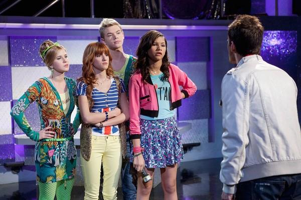 A atriz Caroline Sunshine junto com Bella Thorne e Zendaya em cena da série Shake It Up da Disney (Foto: Reprodução)