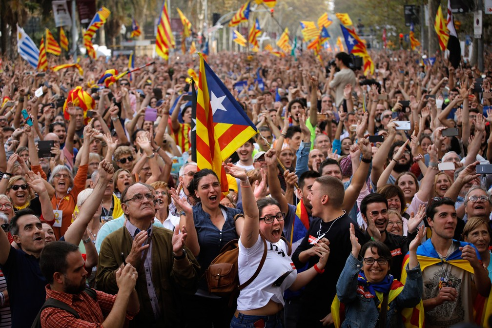 Pessoas comemoram a declaração unilateral de independência da Catalunha do lado de fora do Parlamento da Catalunha em Barcelona, ??na Espanha (Foto: Emilio Morenatti/AP)