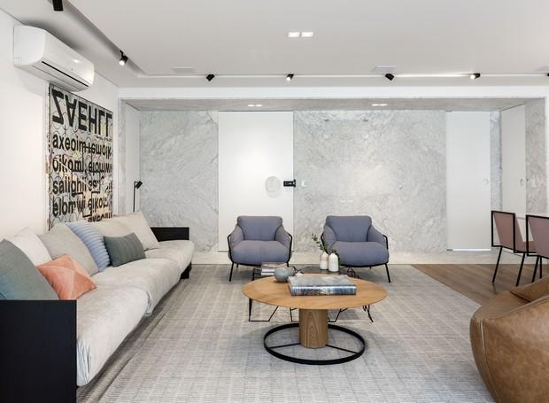 O sofá de Jader Almeida faz companhia à mesa de centro e às poltronas azuis da Carbono Design (Foto: Marcelo Ribeiro/Divulgação)