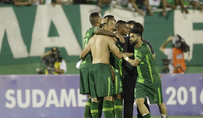 Chapecoense comemoração contra San Lorenzo (Foto: AP Photo/Andre Penner)