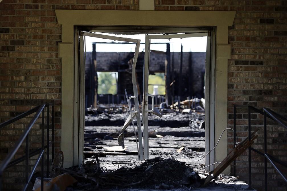 Igreja batista ficou totalmente destruída por incêndio criminoso em Louisiana, nos EUA — Foto: Gerald Herbert/AP Photo