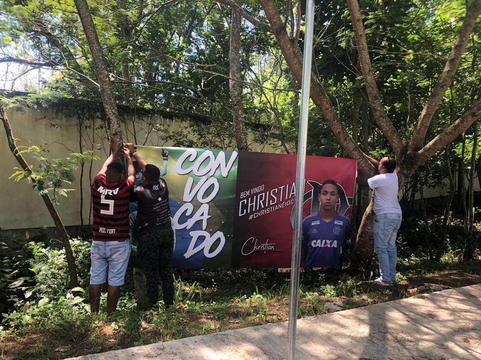 Família de Christian pendura banner em frente ao Ninho — Foto: Amanda Kestelman