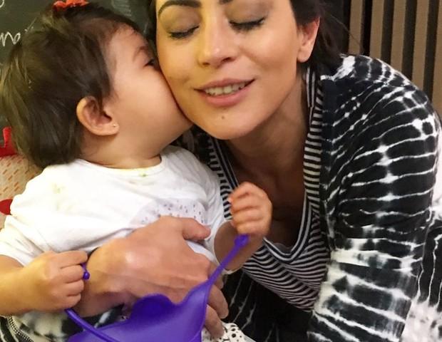 Carol Castro e a filha Nina (Foto: Reprodução Instagram)