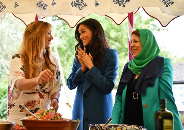 LONDON, ENGLAND - SEPTEMBER 20: Meghan, Duchess of Sussex (C) helps to prepare food at an event to mark the launch of a cookbook with recipes from a group of women affected by the Grenfell Tower fire at Kensington Palace on September 20, 2018 in London, E (Foto: Getty Images)