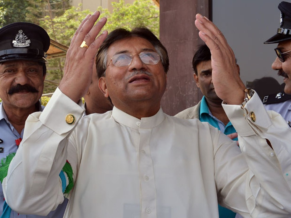 O ex-presidente do Paquistão, o general Pervez Musharraf, chegou neste domingo ao aeroporto internacional de Karachi — Foto: AFP Photo/Aamir Qureshi