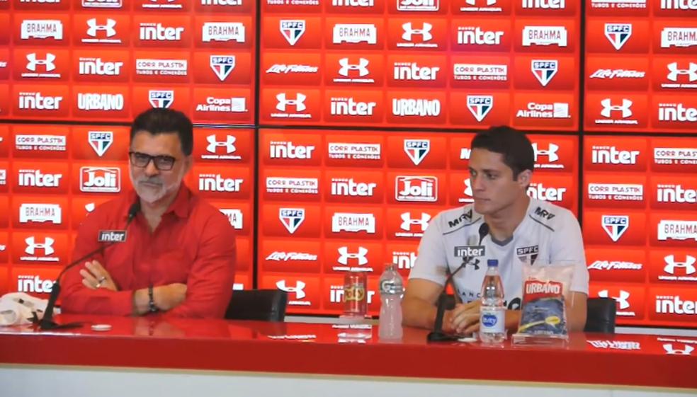 Ricardo Rocha e Anderson Martins durante a apresentação do zagueiro (Foto: reprodução)