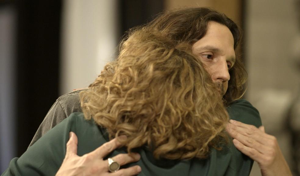 Néia agradece Gui por não denunciá-la e Léo chega bem na hora (Foto: TV Globo)